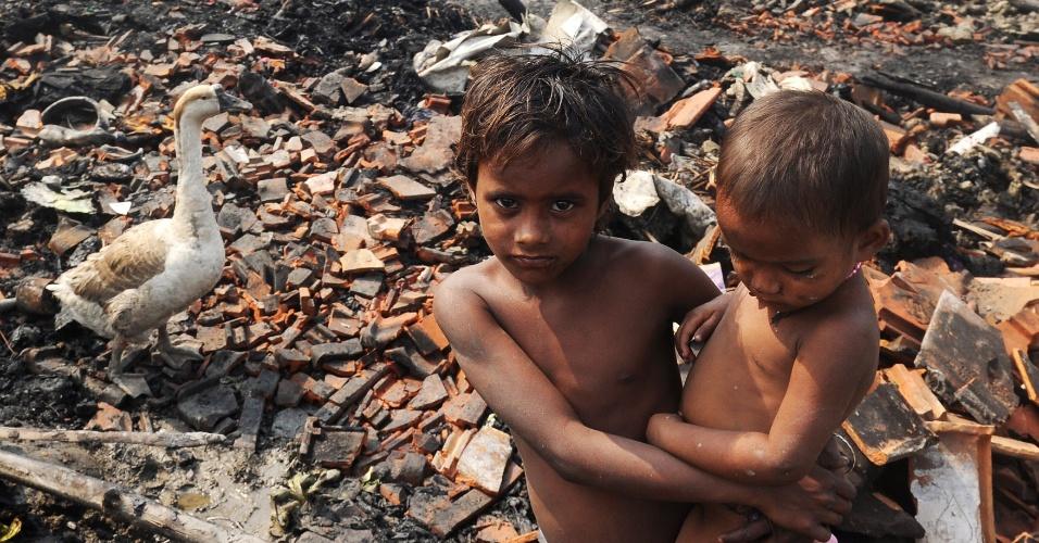 16.mar.2013 - Cerca de 700 barracos foram destruídos por um incêndio que atingiu a área de Santoshpur, na periferia de Kolkata, na Índia. Mais de mil pessoas ficaram desabrigadas