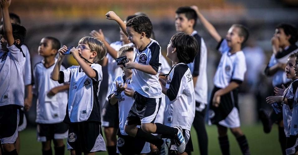 16.mar.2013 - Crianças fazem a festa com a entrada dos jogadores do Corinthians no gramado do Pacaembu para o jogo contra o União Barbarense