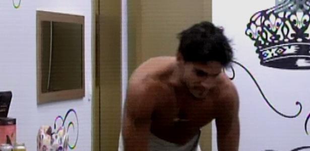 16.mar.2013 - De tanto Fernanda insistir, André levanta e toma banho. Logo depois, ele voltou a dormir