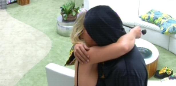 16.mar.2013 - Depois de tomar café da manhã, André beija Fernanda e volta para cama