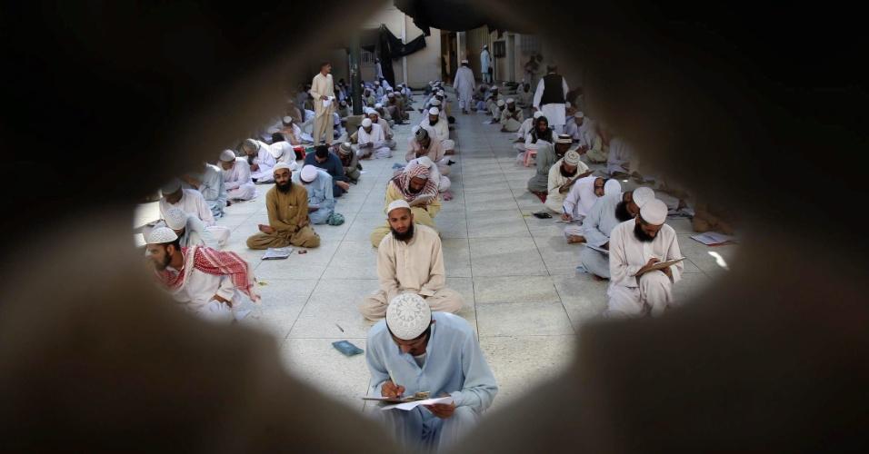 16.mar.2013 - Estudantes religiosos fazem prova em seminário na cidade de Karachi, no Paquistão
