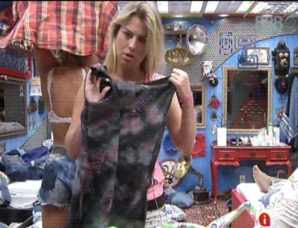 16.mar.2013 - Fernanda escolhe uma roupa para prova surpresa neste sábado
