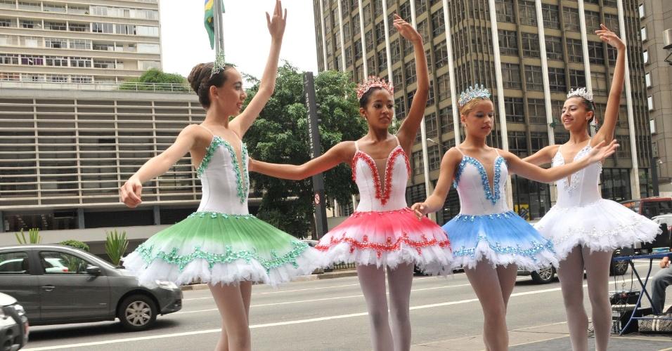 16.mar.2013 - Grupo de adolescentes bailarinas de uma escola de dança fazem espetáculo na tarde deste sábado (16), na avenida Paulista, em São Paulo, para arrecadar fundos para comparecer em apresentação na França