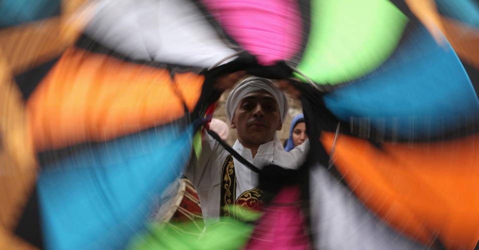 16.mar.2013 - Homem executa dança tradicional em museu a céu aberto de monumentos históricos islâmicos, neste sábado (16), no Cairo, no Egito