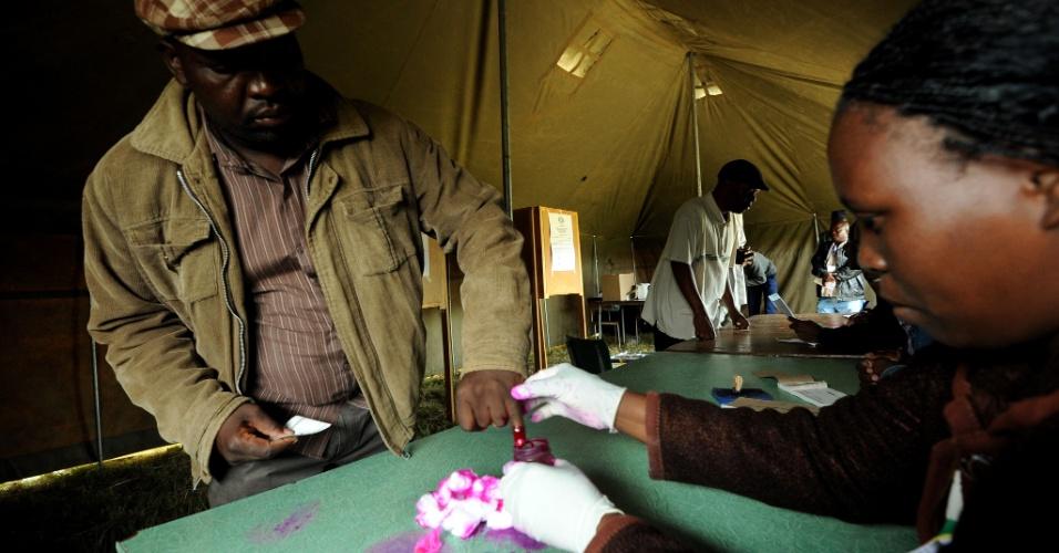 16.mar.2013 - Homem marca o dedo durante votação de referendo no Zimbábue