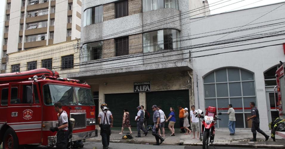 16.mar.2013 - Incêndio em edifício deixa 11 pessoas intoxicadas pela fumaça, na rua dos Lavapés,no bairro Cambuci, em São Paulo (SP), neste sábado (16). Segundo os moradores, o incêndio teria começado em um dos apartamentos que fica no sub-solo do prédio. Todos intoxicados foram encaminhados ao hospital do Ipiranga sem ferimentos