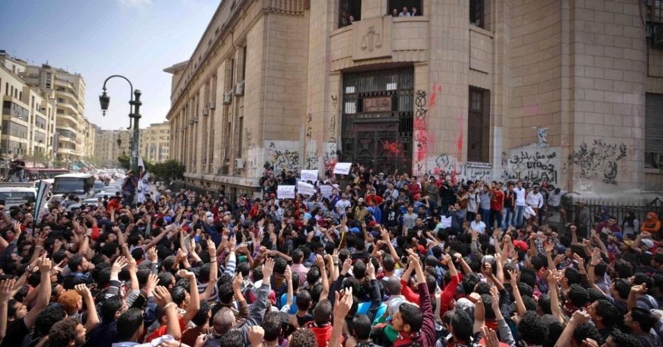 """16.mar.2013 - Manifestantes fazem protesto para exigir a libertação dos torcedores do clube de futebol Al-Ahly, neste sábado (16), em Cairo, no Egito. Os torcedores radicais do time, conhecidos como """"Ultras Ahlawy"""", sempre tiveram relações tensas com a polícia, mas a situação piorou depois de um massacre que matou 72 pessoas em um estádio em fevereiro de 2012"""