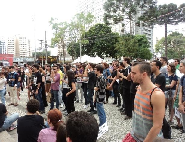 16.mar.2013 - Manifestantes protestam contra o presidente da Comissão dos Direitos Humanos da Câmara dos Deputados, o pastor Marco Feliciano (PSC), no centro de Curitiba, neste sábado (16)