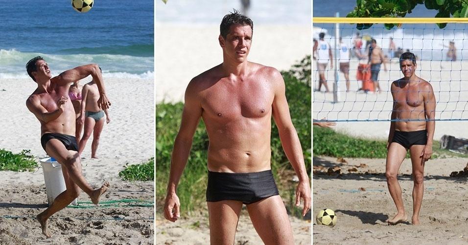 16.mar.2013 - Márcio Garcia joga futevôlei em praia da Barra, no Rio de Janeiro