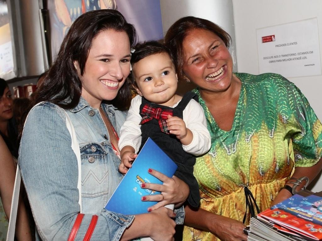 16.mar.2013 - Mariana (á esq) e Fafá de Belém levam a filha de Mariana, Laura, para assistir ao espetáculo infantil