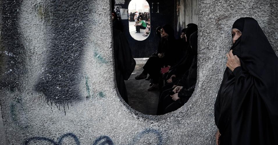 16.mar.2013 - Mulher observa confusão após manifestação contra o governo na aldeia de Jidhafs. A polícia do Bahrein entrou em confronto com jovens que protestavam
