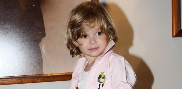 16.mar.2013 - O filho de Adriane Galisteu, Vittorio posa para os fotógrafos antes do espetáculo infantil