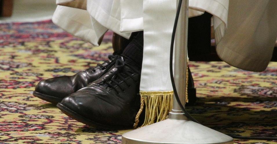 16.mar.2013 - Os sapatos do papa Francisco são vistos enquanto ele participa de conferência com os mais de 5.000 jornalistas que estiveram no Vaticano cobrindo a escolha do novo pontífice