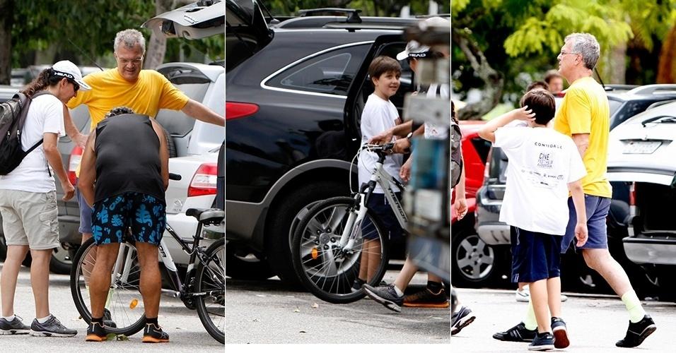 16.mar.2013 - Pedro Bial contrata profissional para ensianr o filho andar de bicicleta