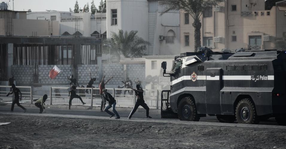 16.mar.2013 - Polícia do Bahrein entrou em confronto com jovens que protestavam contra o governo na aldeia de Jidhafs