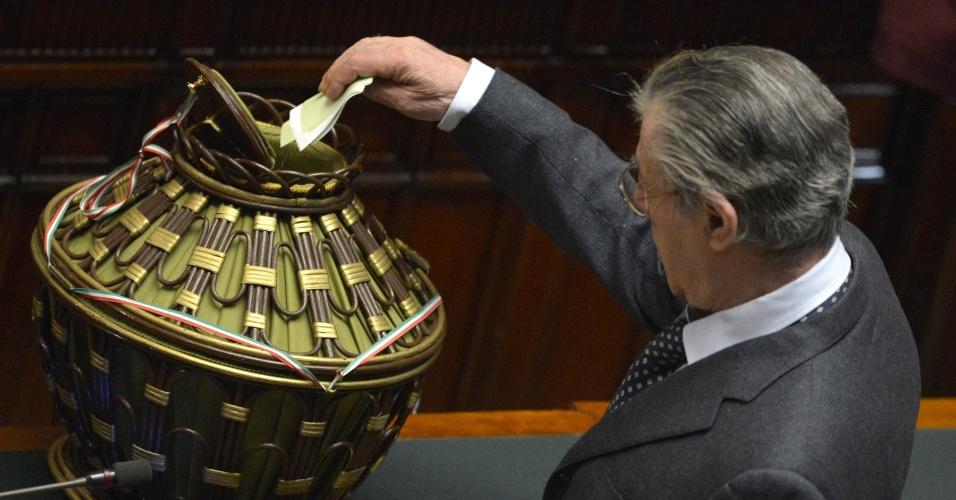 16.mar.2013 - Político italiano Umberto Bossi lança seu voto na segunda sessão do parlamento da Itália, em Roma, que tenta resolver o impasse provocado pela eleição geral, que não deixou claro um vencedor