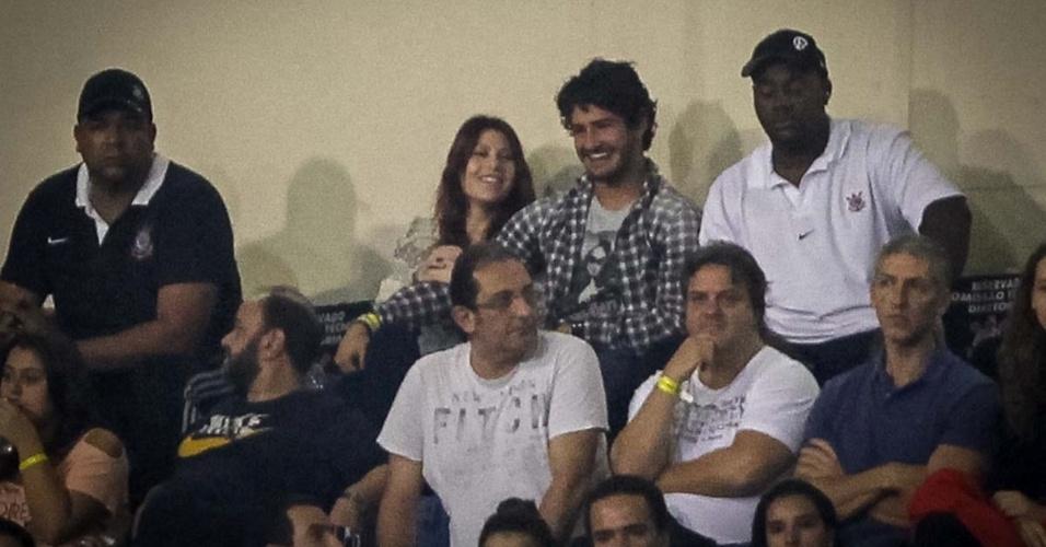 16.mar.2013 - Poupado, Alexandre Pato acompanha a partida do Corinthians contra o União Barbarense ao lado da namorada Barbara Berlusconi, no Pacaembu