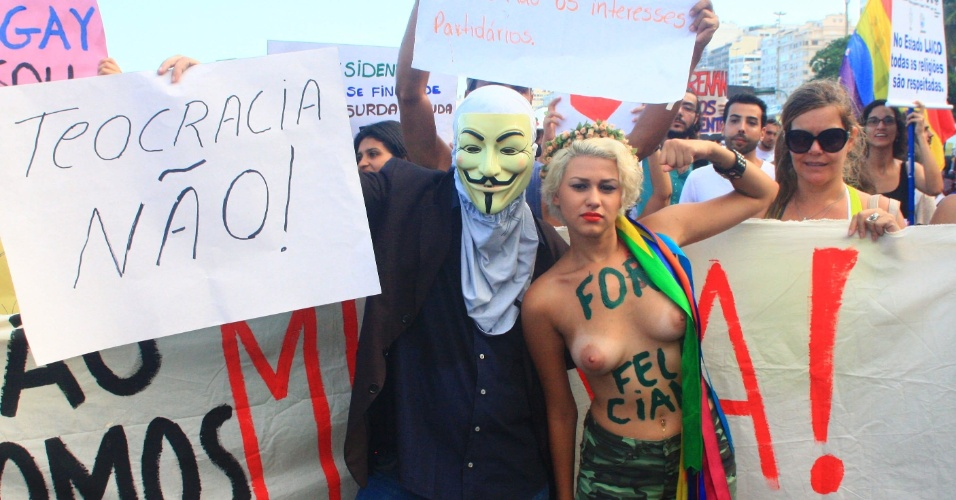 16.mar.2013 - Sara Winter, ativista do movimento Femen no Brasil, participa junto com outros manifestantes em protesto contra o presidente da Comissão dos Direitos Humanos da Câmara dos Deputados, o pastor Marco Feliciano (PSC), na praia de Copacabana, no Rio de Janeiro, neste sábado (16)