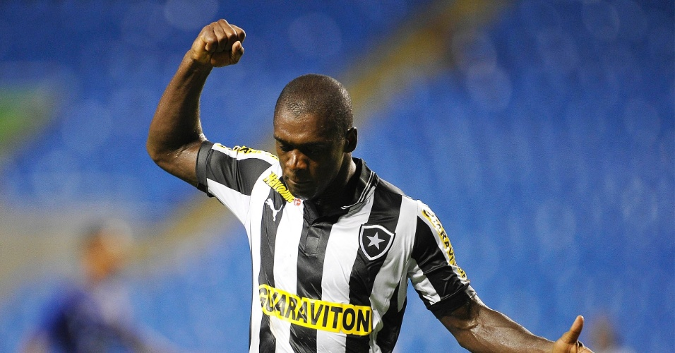 16.mar.2013 - Seedorf lamenta chance desperdiçada na partida entre Botafogo e Quissamã, pelo Campeonato Carioca