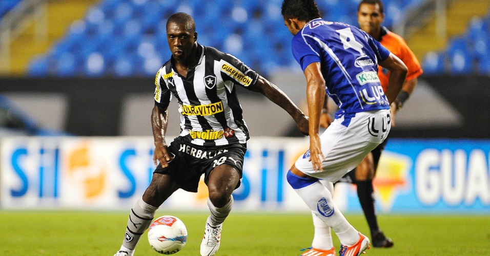 16.mar.2013 - Seedorf tenta a jogada durante o primeiro tempo da partida entre Botafogo e Quissamã, no Engenhão, pelo Campeonato Carioca