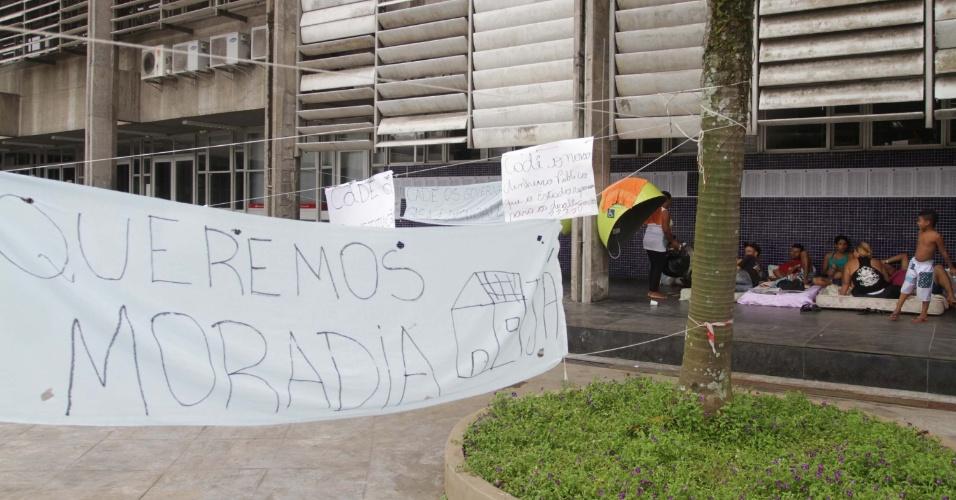 16.mar.2013 - Manifestantes sem-teto acampam em frente da sede da prefeitura da cidade de Cubatão (SP), neste sábado (16)
