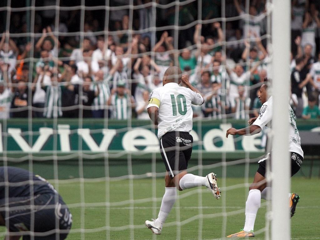 Alex comemora seu gol na vitória do Coritiba sobre o Cianorte