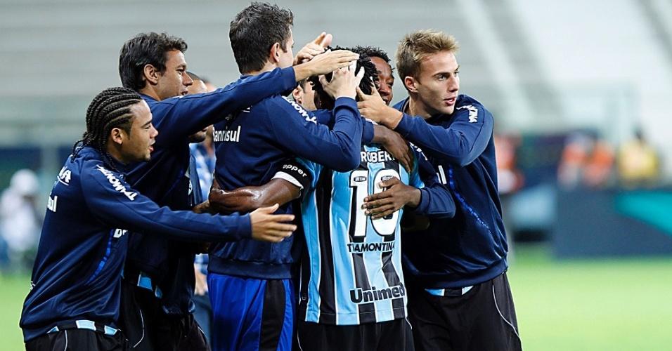 Jogadores do Grêmio comemoram gol com Zé Roberto (16/03/2013)