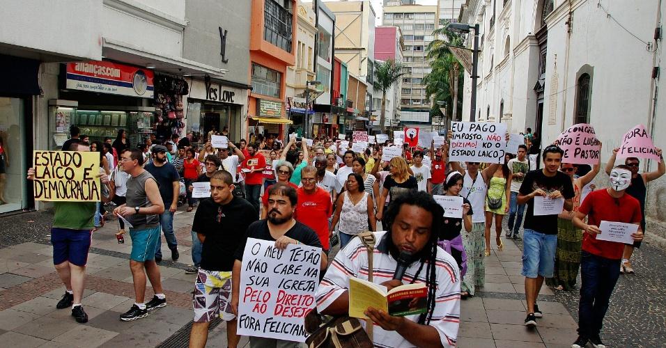 Manifestantes realizam protesto contra o presidente da Comissão dos Direitos Humanos da Câmara dos Deputados, o pastor Marco Feliciano (PSC), no largo da Catebral, em Campinas (SP), neste sábado (16)