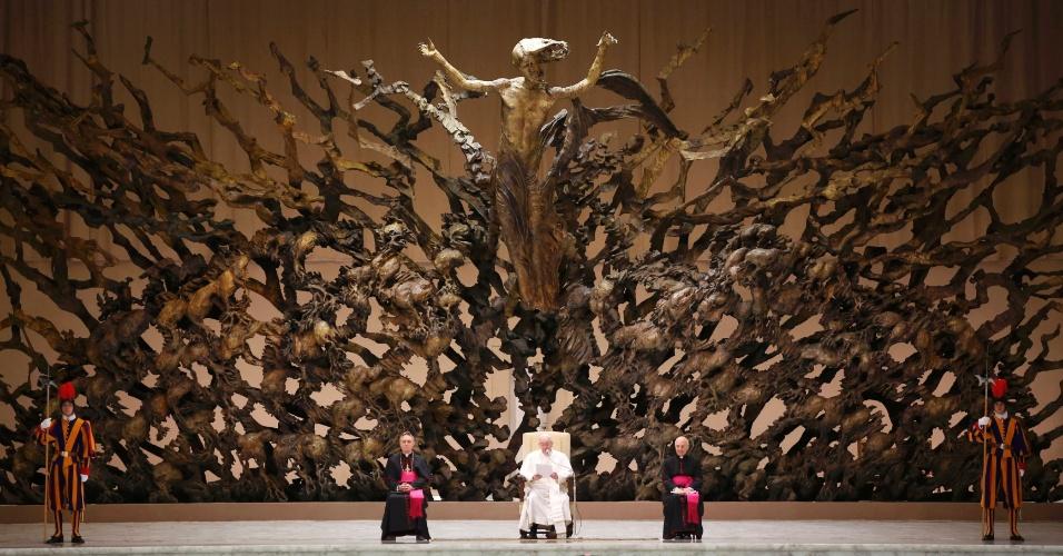 16.mar.2013 - Papa Francisco participa de audiência com cerca de 5.000 integrantes da imprensa, no Vaticano