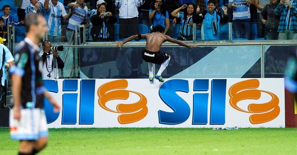 Zé Roberto comemora golaço pelo Grêmio em jogo contra o Lajeadense (16/03/2013)