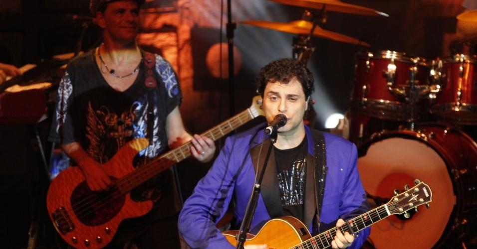 16.mar.2013 -  O vocalista Frejat  toca no  show pelos 30 anos de carreira do Barão Vermelho