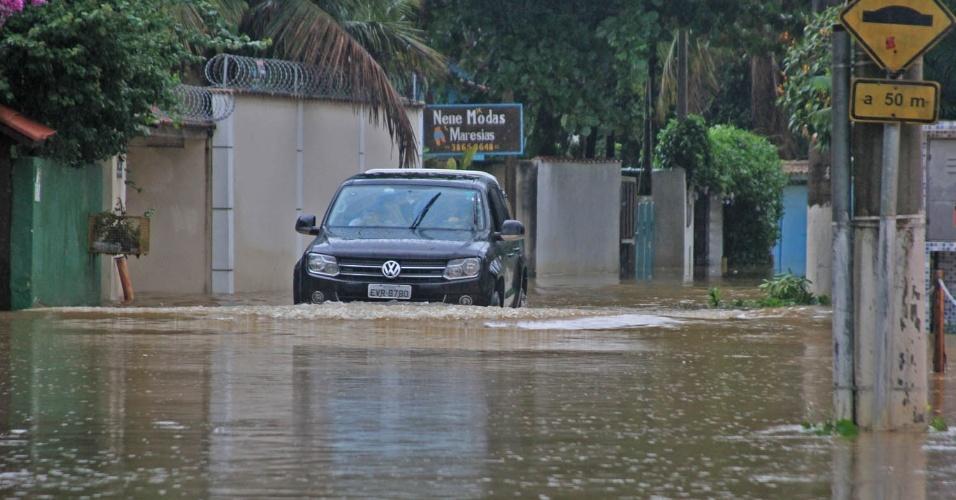 17.mar.2013 - A Prefeitura de São Sebastião (litoral norte de São Paulo) decretou estado de calamidade pública por causa das chuvas que atingiram a cidade. Na imagem, rua fica alagada após forte chuva que atingiu a praia de Maresias, neste domingo (17)
