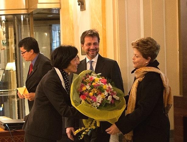 17.mar.2013 - A presidente Dilma Rousseff recebe flores ao chegar a hotel em Roma (Itália), onde ficará pelos próximos dias para acompanhar a missa de inauguração do pontificado do papa Francisco
