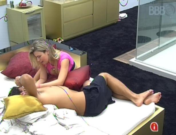 17.mar.2013 - André agradece o apoio de Fernanda em seu momento sensível