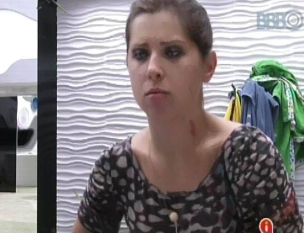 17.mar.2013 - Andressa observa marca no pescoço deixada por Nasser durante brincadeira com o gaúcho