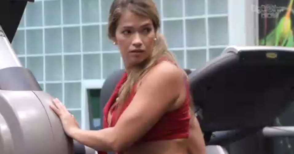 17.mar.2013 - Emparedada, Fani faz exercícios na academia