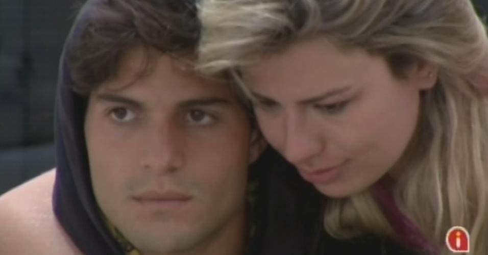 17.mar.2013 - Fernanda e André se abraçam e se preocupam com possível paredão entre os dois