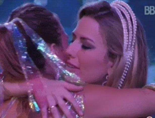 17.mar.2013 - Fernanda e Natália se abraçam após ouvirem