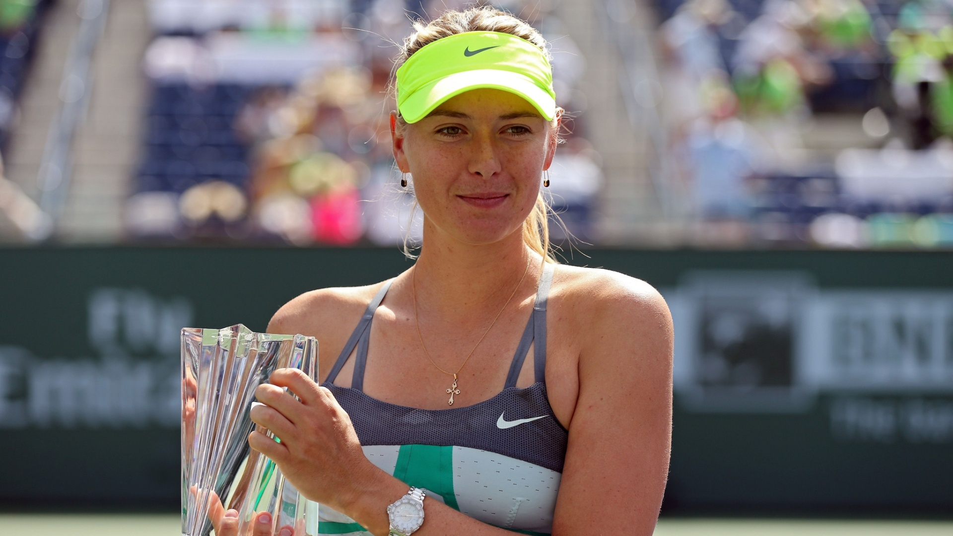 17.mar.2013 - Maria Sharapova segura trofu conquistado em Indian Wells neste domingo