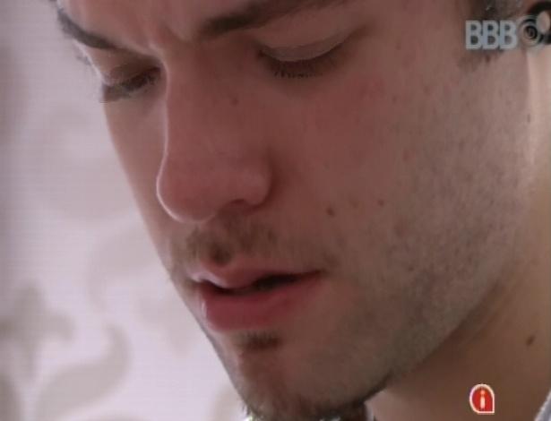 17.mar.2013 - Nasser chora no fim da noite após discussão com Andressa