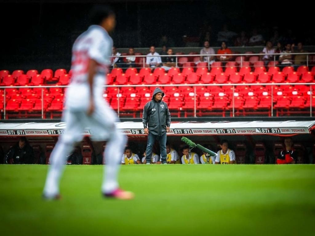 17.mar.2013 - Ney Franco observa sua equipe durante a partida entre São Paulo e Oeste, pelo Campeonato Paulista