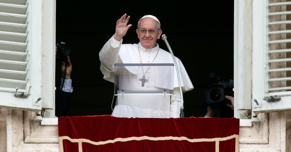 17.mar.2013 - O papa Francisco rezou o Angelus, o primeiro de seu pontificado, da janela do apartamento papal, que tem vista para a praça de São Pedro