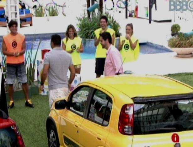 17.mar.2013 - Ronaldo participa da prova da comida do