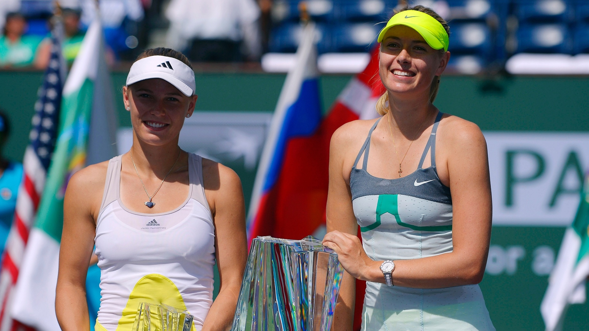17.mar.2013 - Sharapova e Wozniacki posam para fotos depois da final em Indian Wells