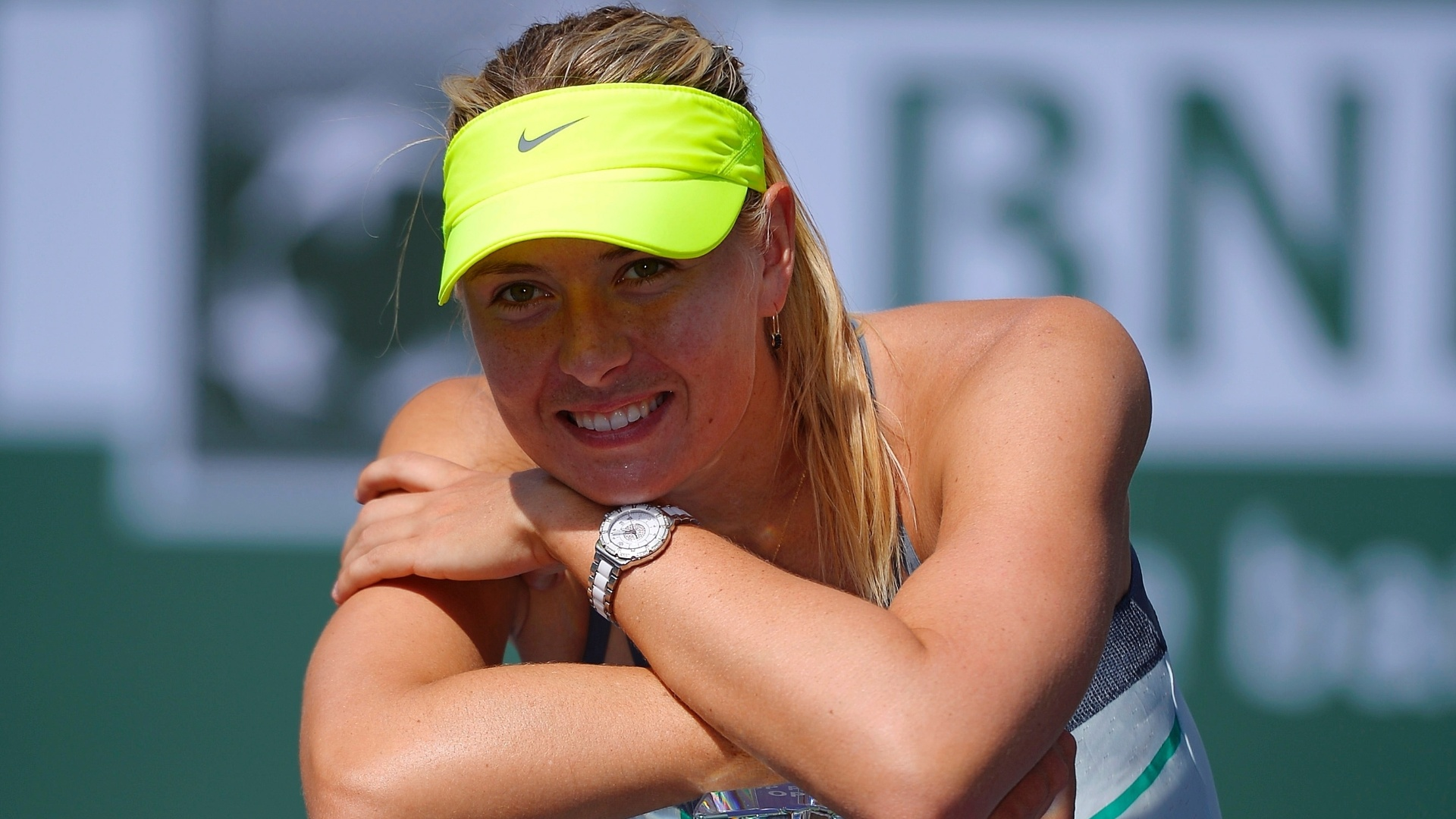 17.mar.2013 - Sharapova sorri com o trofu conquistado em Indian Wells