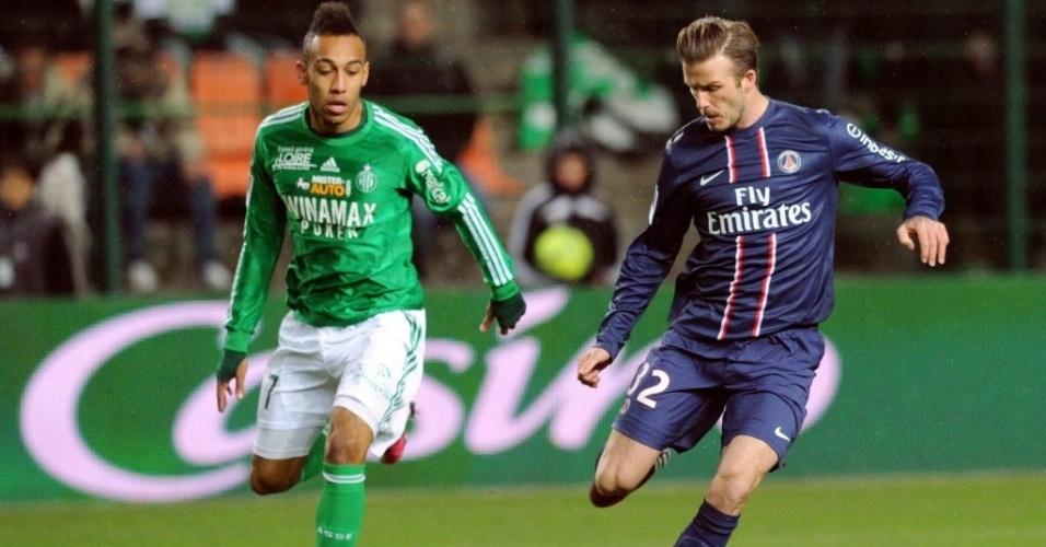 David Beckham, meia do PSG, tenta um lançamento durante a partida contra o Saint-Etienne