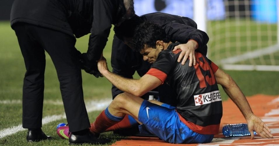 Diego Costa, atacante do Atlético de Madri, recebe atendimento médico após sentir lesão no joelho