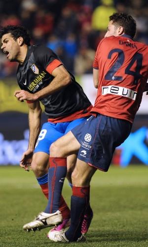 Diego Costa (e) foi substituído durante o jogo após levar uma pancada no joelho esquerdo