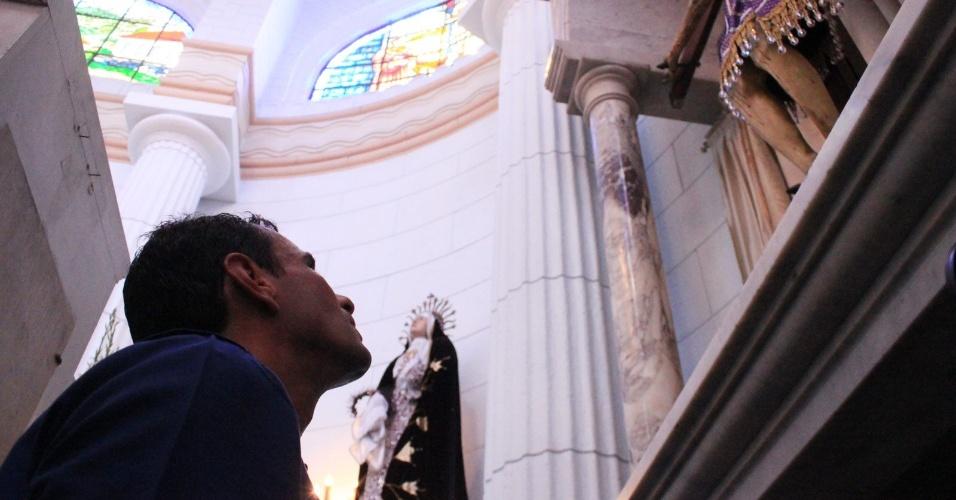 """16.mar.2013 - Henrique Capriles, opositor de Nicolás Maduro nas eleições presidenciais, visita a igreja de Santo Cristo de La Grita, durante uma visita à cidade de La Grita, no Estado de Táchira, na Venezuela. Capriles deu início ao que chamou de """"cruzada"""" pelo país, a quatro semanas das eleições"""