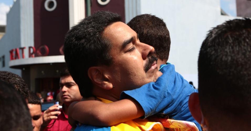 16.mar.2013 - Nicolás Maduro, presidente interino da Venezuela e candidato às eleições de 14 de abril, convocadas após a morte de Hugo Chávez, abraça um menino durante campanha em um bairro da periferia de Caracas